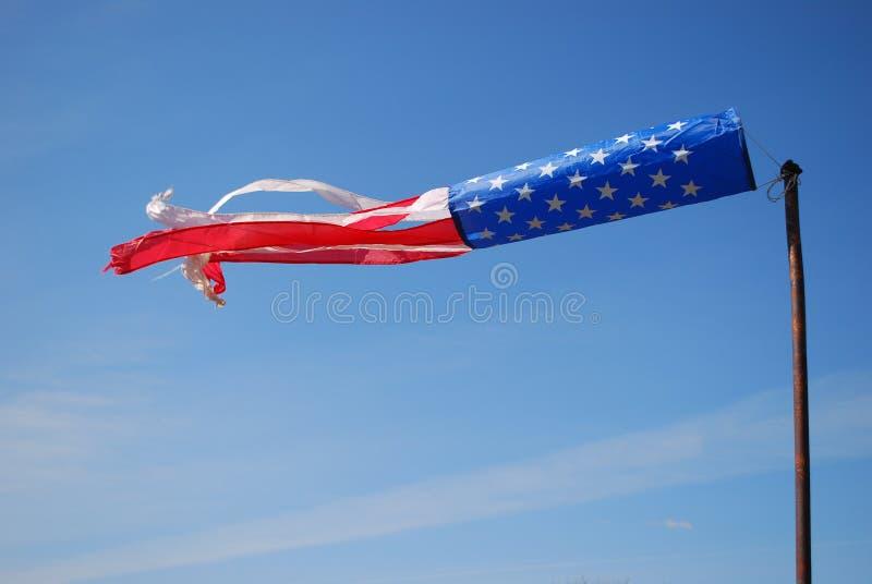 Der Windsocke der amerikanischen Flagge windiger blauer Himmel stockbild