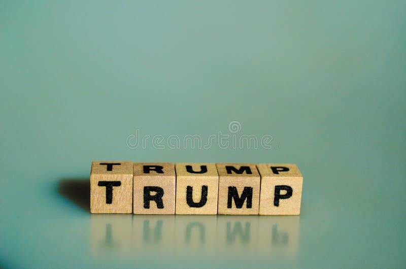 Der Wort Trumpf geschrieben in Würfel lizenzfreie stockfotos