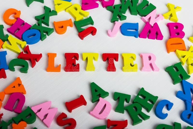 Der Wortbuchstabe von den bunten hölzernen Buchstaben lizenzfreies stockfoto