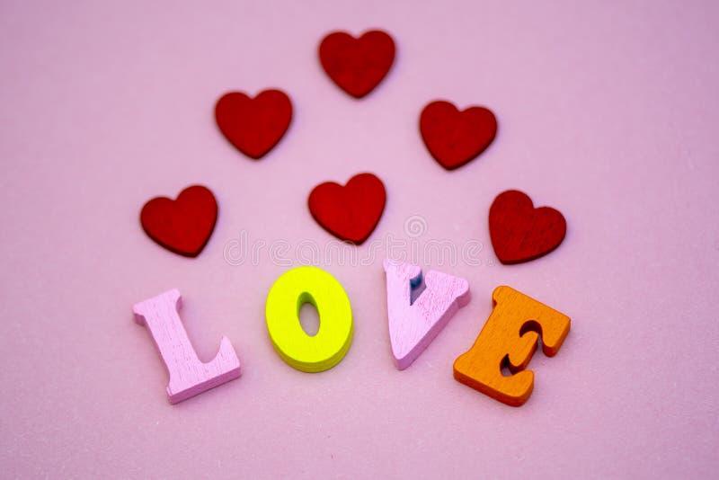 Der Wortliebe Valentinstag mit bunten hölzernen Buchstaben Liebe und Herz - ein Symbol des Valentinstags Makro lizenzfreie stockfotos
