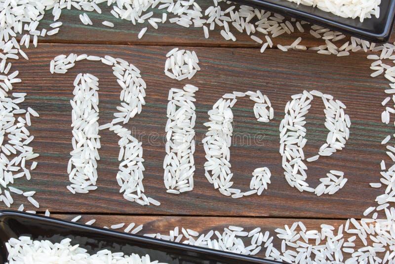 Der Wortreis Briefe des Reises auf einem hölzernen Brett geschrieben stockfotos