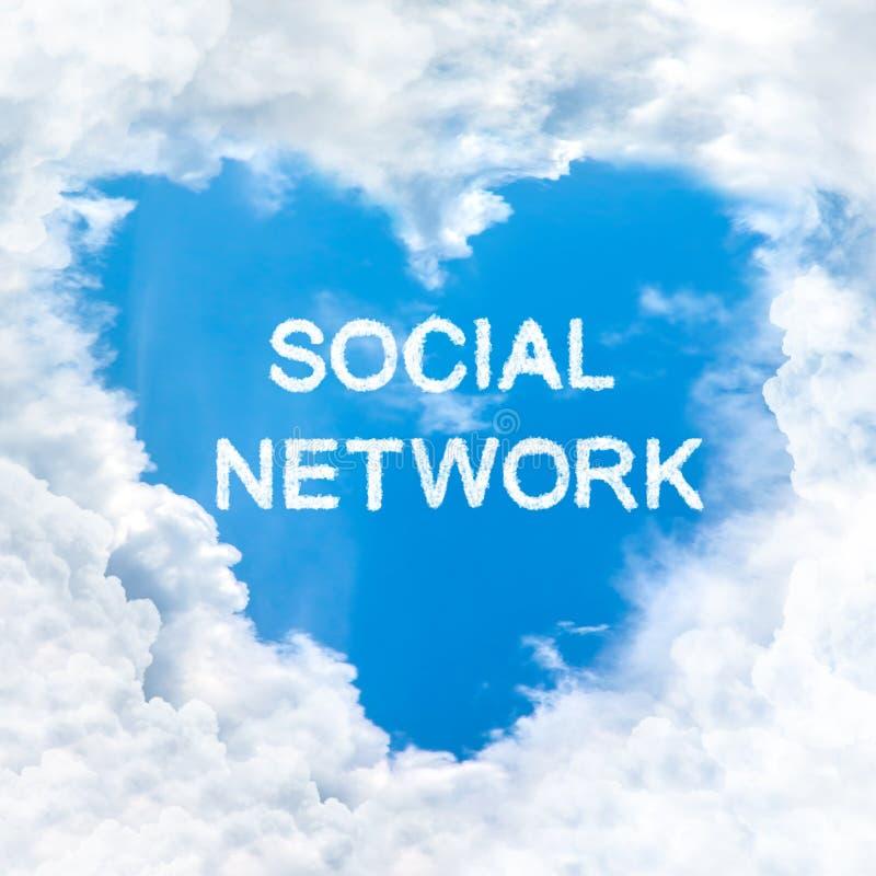 Der Wortwolke des Sozialen Netzes nur Hintergrund des blauen Himmels stockfotos