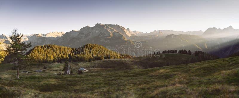 Der wunderbare Abend in den Alpen lizenzfreie stockbilder