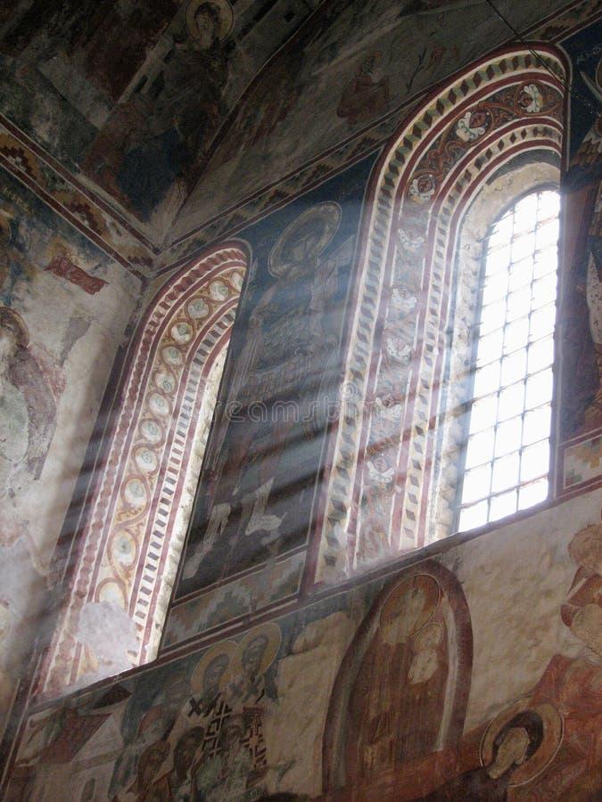 Der wunderbare gemalte Innenraum des sonnigen Gelati-Klosters in ländlichem Georgia lizenzfreie stockfotografie
