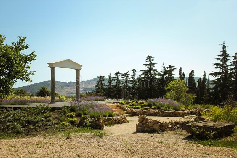 Der wunderbare griechische Bogen überraschende Ansichten der Weinberge und der Berge von Krim und von blühendem Lavendel Sch?ne L lizenzfreies stockfoto