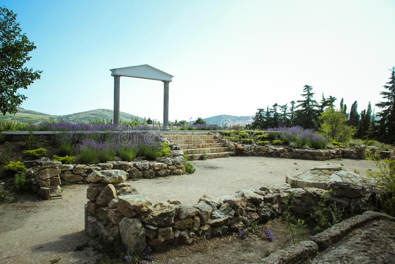 Der wunderbare griechische Bogen überraschende Ansichten der Weinberge und der Berge von Krim und von blühendem Lavendel Sch?ne L lizenzfreie stockbilder