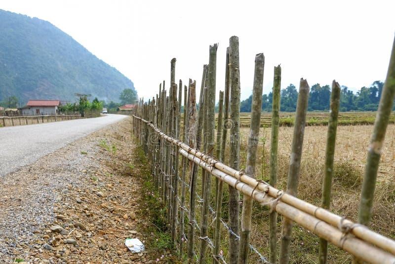 Der Zaun entlang der Straße stockfotografie