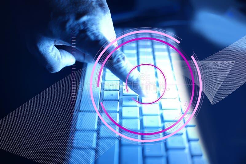 Der Zeigefinger berührt die Computertastatur mit der Verbindungs-Technologieikone des globalen Netzwerks um den Finger mit lizenzfreie stockfotografie