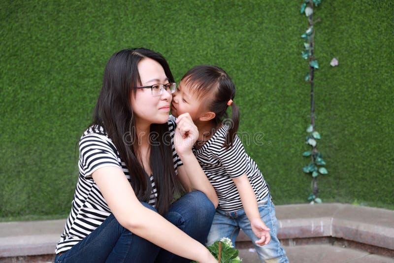 Der Zeitmutterunehelichen kinder der glücklichen Familie haben elterliches Tochterkuss-Mutterspiel mit Baby zusammen Spaß im Somm stockfotos