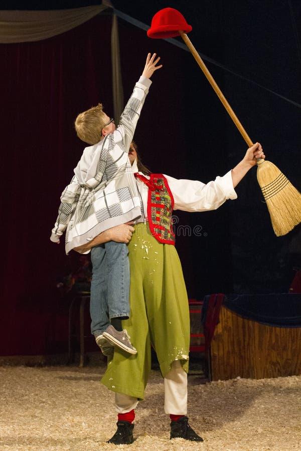 Der Zirkuszelt-Zirkus ist in der Stadt stockfoto