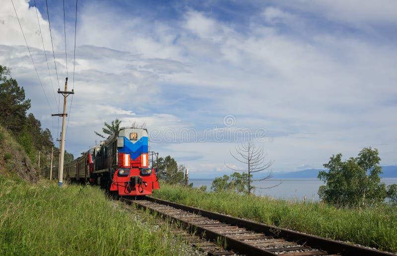 Der Zug auf Circum-Baikal stockfotografie
