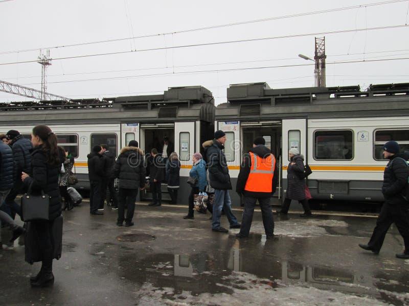 Der Zug stoppte an der Station Ryazan-Ausschiffung von den Passagieren, die Diensthabender treffen lizenzfreie stockfotos