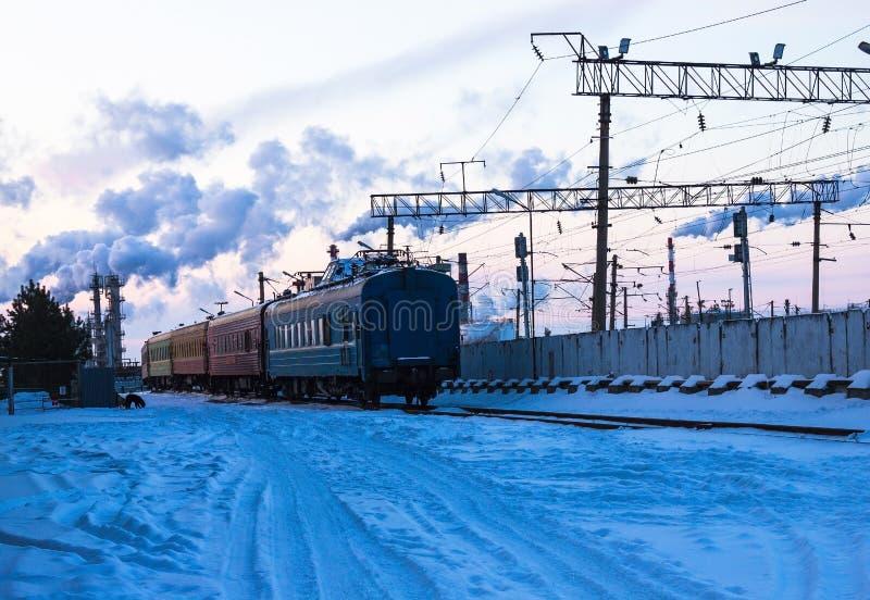 Der Zug verlässt in den Abstand lizenzfreies stockbild