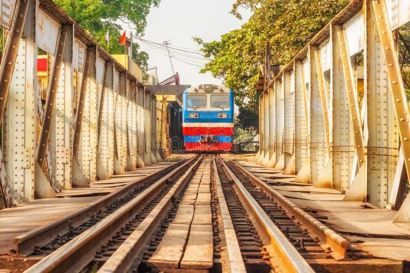 Der Zug-Wartetourist an langer Bien-Station Hanoi, Vietnam Longbien lizenzfreie stockfotos