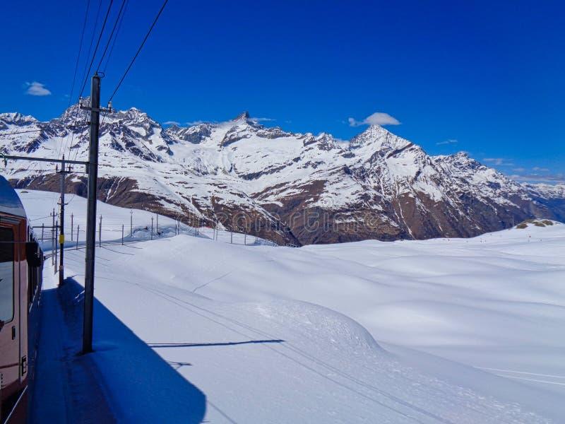 der Zug zu Matterhorn in der Schweiz stockfotografie