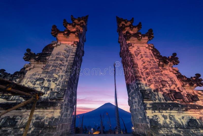 Der Zugang zum Himmel an Pura Luhur oder an Lempuyang-Tempel mit Ansicht zum Agungs-Vulkan im schönen Sonnenunterganghimmel in Ba lizenzfreie stockfotos