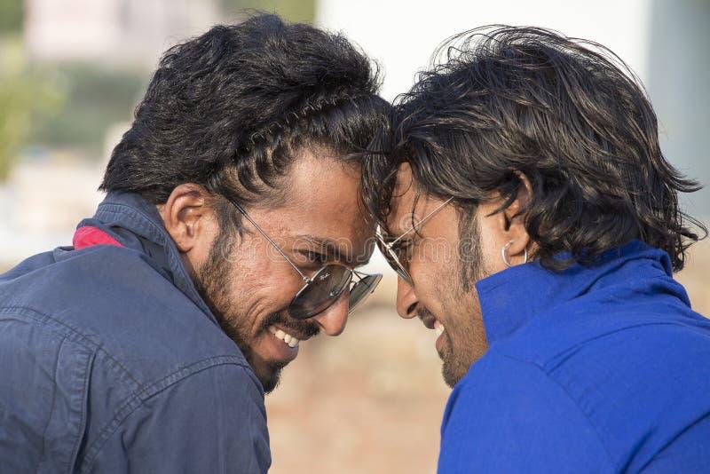 Der zwei Inder-Mann kam im Kamel ehrlich in Pushkar, Indien an stockfoto