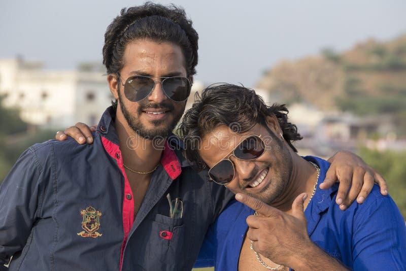 Der zwei Inder-Mann kam im Kamel ehrlich in Pushkar, Indien an stockfotos