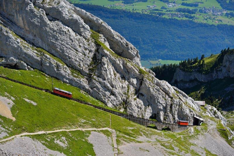 Der zwei Rot Pilatus-Zug, das world& x27; steilste Zahnradeisenbahn s stockfotografie