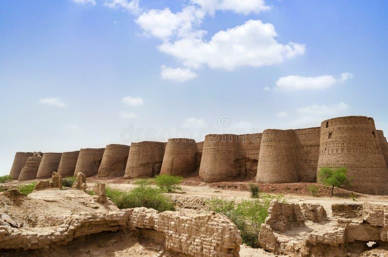 Derawar堡垒巴哈瓦尔布尔巴基斯坦在一多云天 免版税库存图片
