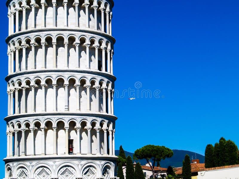 Derecho es oblicuo: la posición del imitador de la torre de Pisa fotografía de archivo libre de regalías