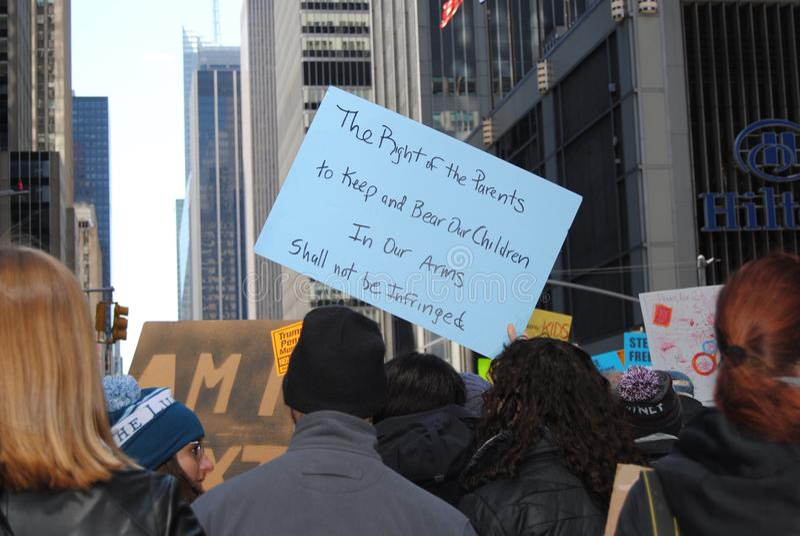 Derecho llevar los brazos, los padres y a los niños, segunda enmienda, marzo por nuestras vidas, protesta, NYC, NY, los E.E.U.U. fotos de archivo libres de regalías