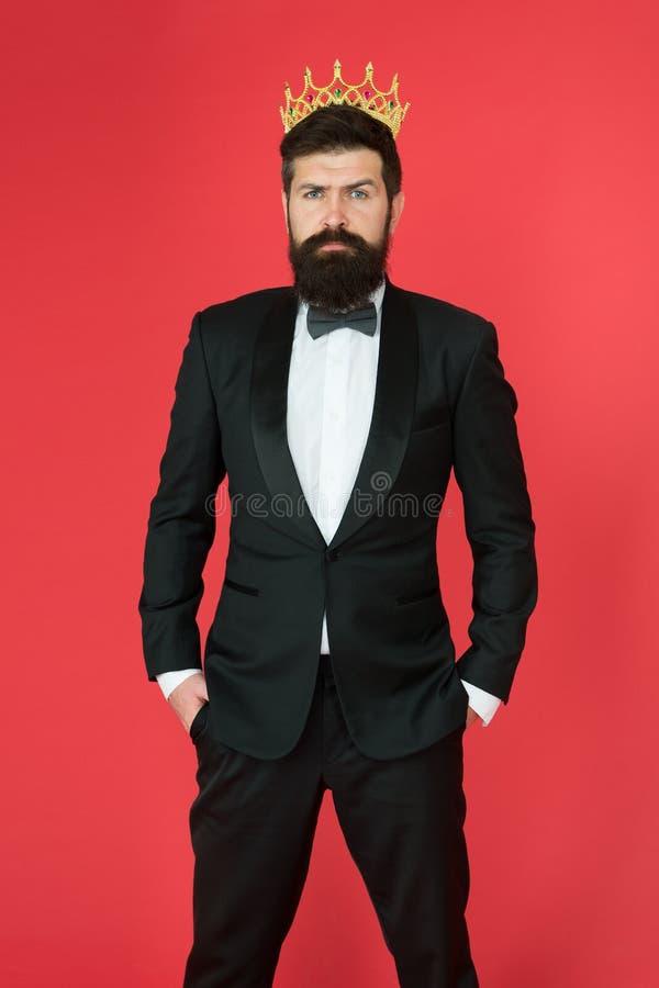 Derechos en su sangre Moda masculina del desgaste formal Hombre de negocios del egoísta en smoking y corona adaptados Protuberanc imagen de archivo
