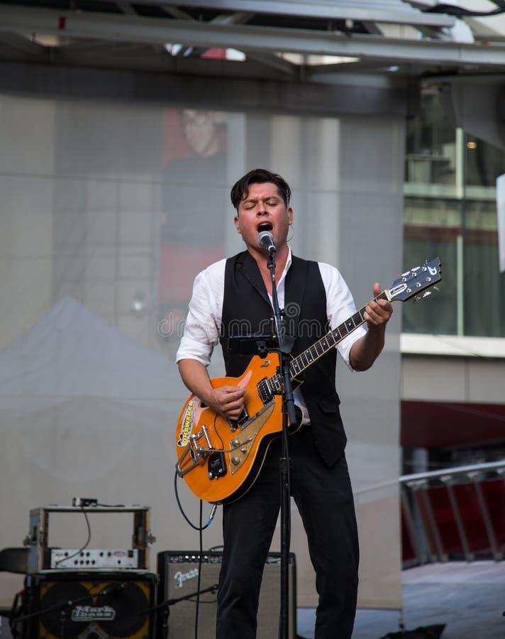 Download Derek Miller Spełnianie Przy Yonge Dundas Kwadratem W Toronto Fotografia Editorial - Obraz złożonej z ontario, piosenkarz: 41950927