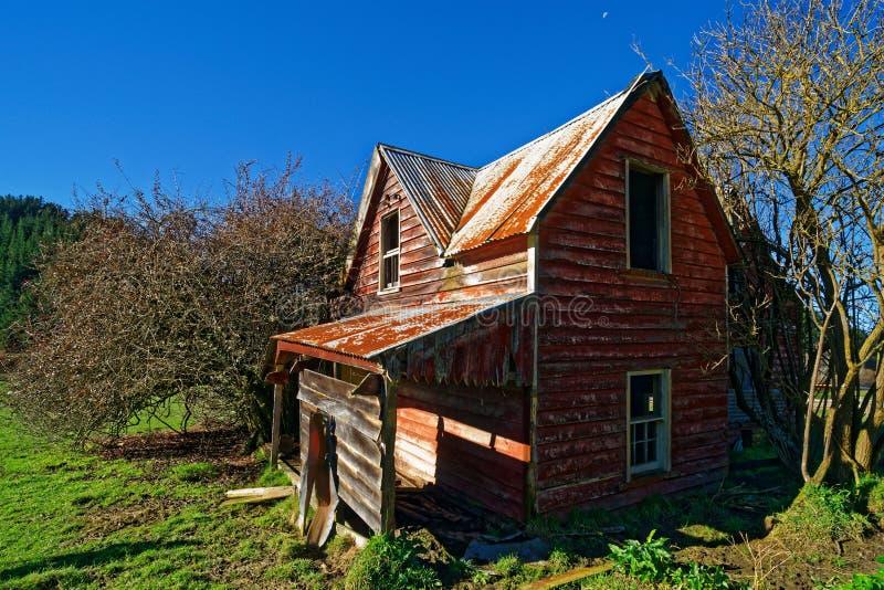 Derelict abandonado da casa de dois andares agora fotografia de stock