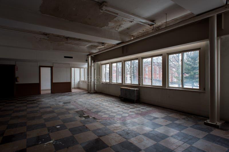 Derelict Empty Room mit Vintage Tile Floor + Windows - Downtown Youngstown, Ohio stockbild