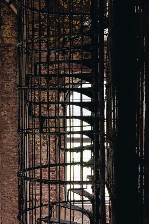 Derelict Iron Spiral Staircase - Ohio State Reformatory Fison - Mansfield, Ohio royaltyfri foto