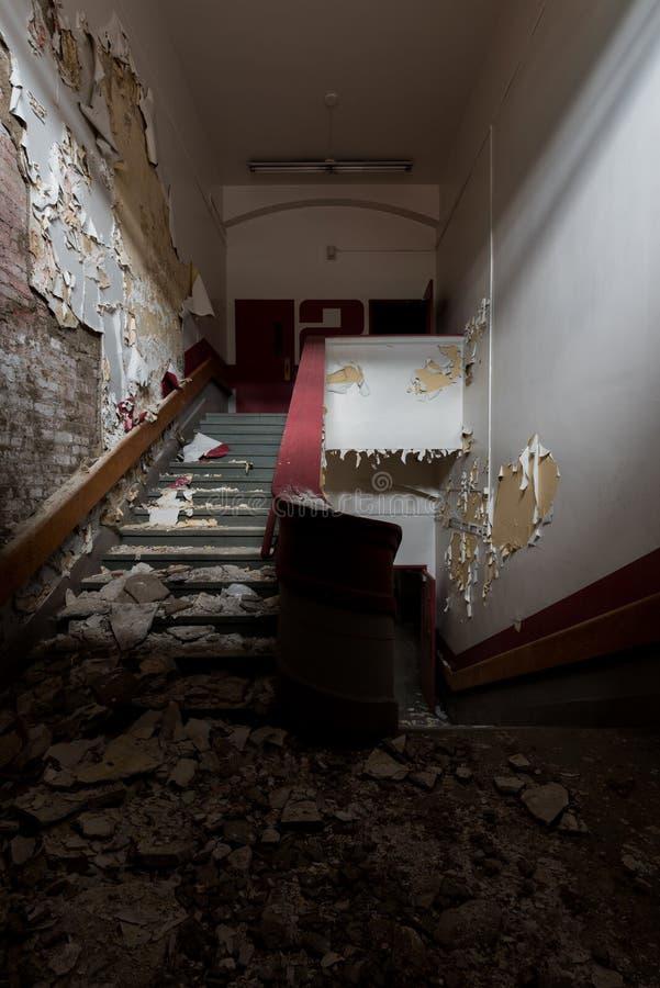 Derelict, Spooky Stairwell - Escuela Gladstone abandonada - Pittsburgh, Pennsylvania imagen de archivo libre de regalías