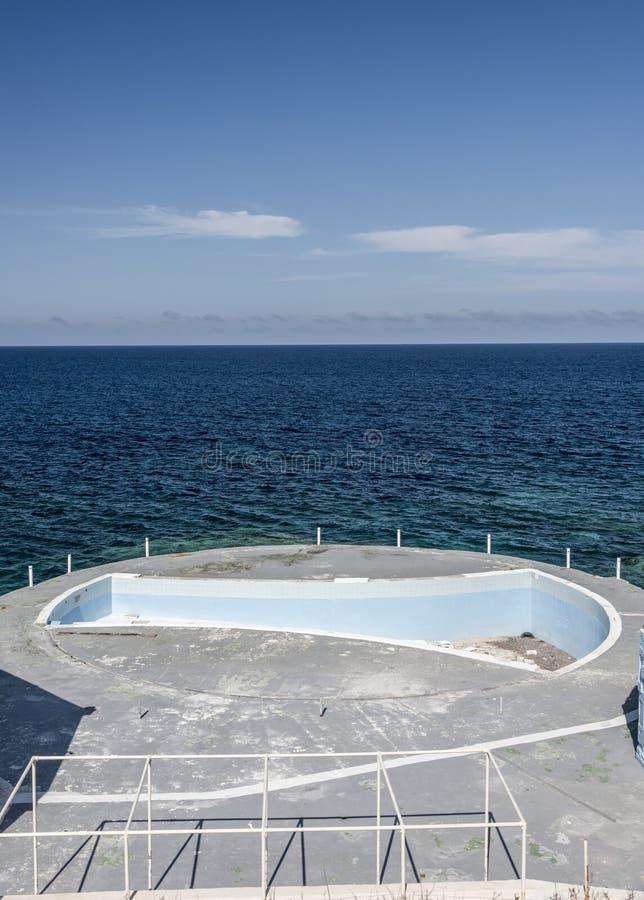 Derelictb simbassängkomplex och lido, malta royaltyfri foto