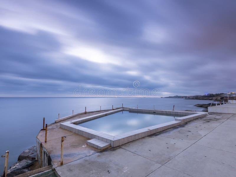 Derelictb simbassängkomplex och lido, malta arkivfoton