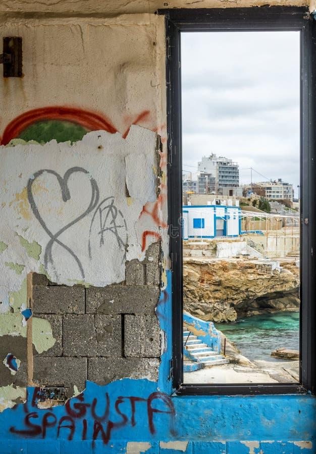 Derelictb simbassängkomplex och lido, malta arkivfoto