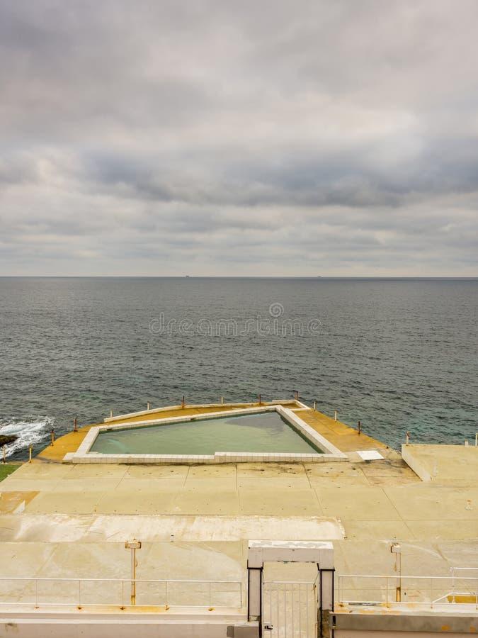 Derelictb simbassängkomplex och lido, malta fotografering för bildbyråer