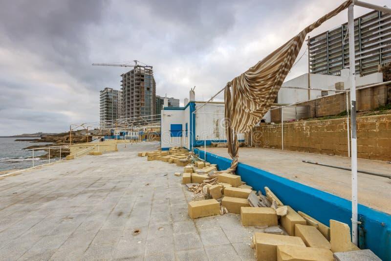 Derelictb simbassängkomplex och lido, malta royaltyfria foton