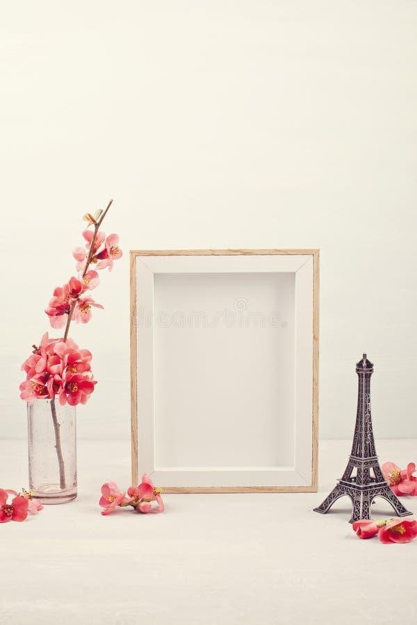 Derida su con la cornice vuota ed i fiori rosa della molla fotografia stock