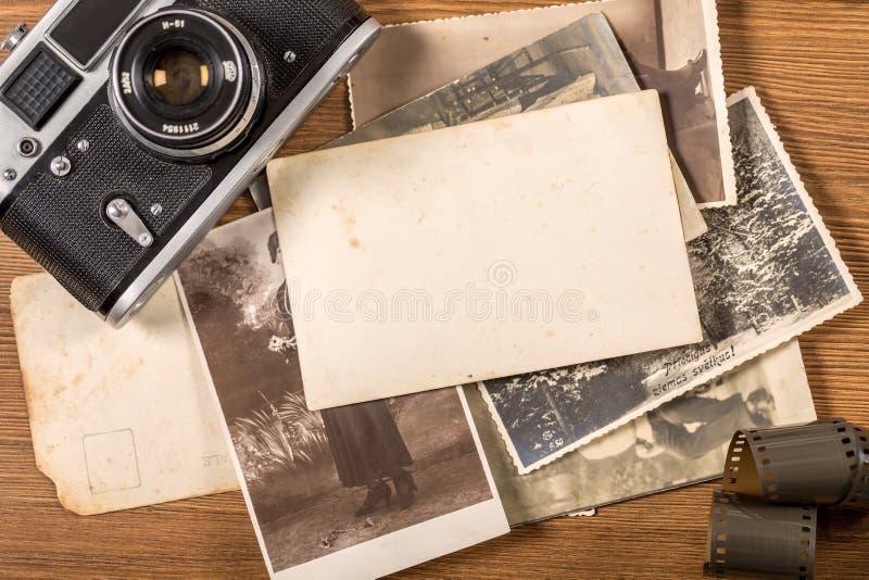 Derida su con le foto della polaroid su fondo di legno fotografia stock libera da diritti