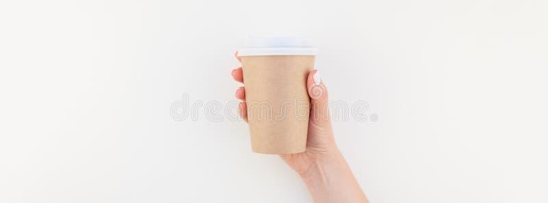 Derida su della tazza di caffè in mano femminile immagine stock libera da diritti