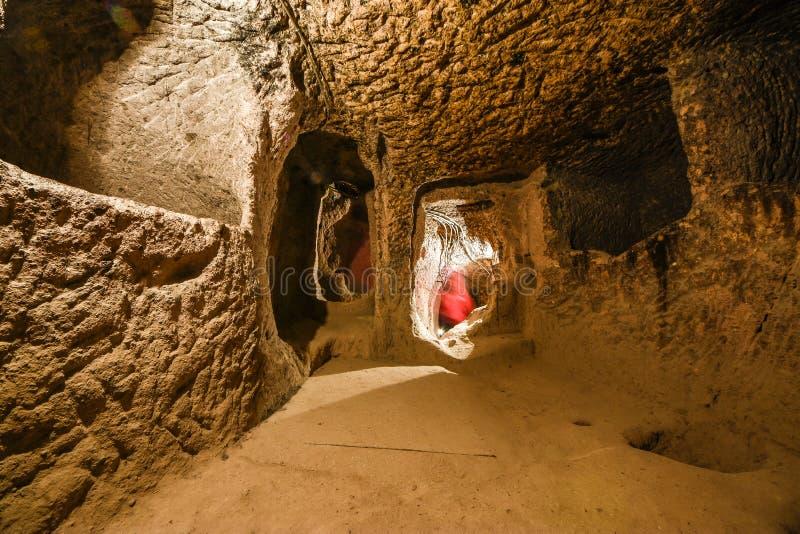 Derinkuyu den underjordiska staden är en forntida flernivå-grottastad i Cappadocia, Turkiet royaltyfri bild