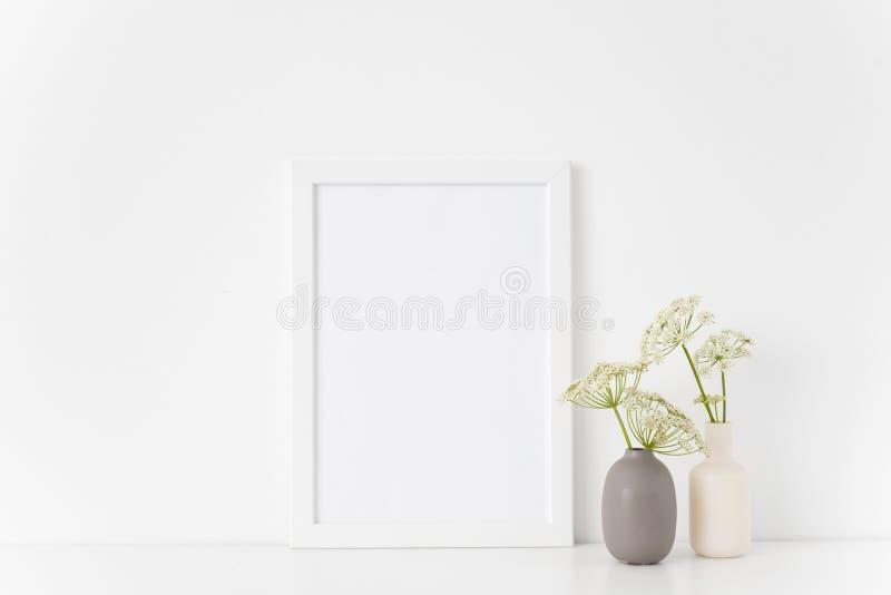 Derisione bianca della struttura del ritratto a4 di estate sveglia su con un'erbaccia episcopale in vasi grigi e bianchi su fondo fotografia stock