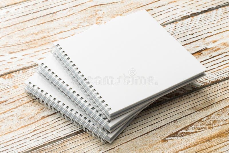 Derisione in bianco del libro su su fondo di legno immagini stock
