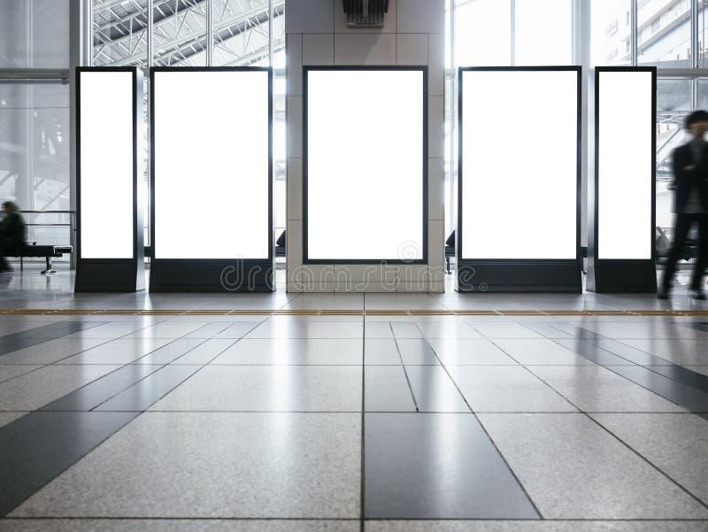 Derisione in bianco sull'edificio pubblico verticale stabilito dell'esposizione del supporto del segno di media dell'insegna fotografia stock