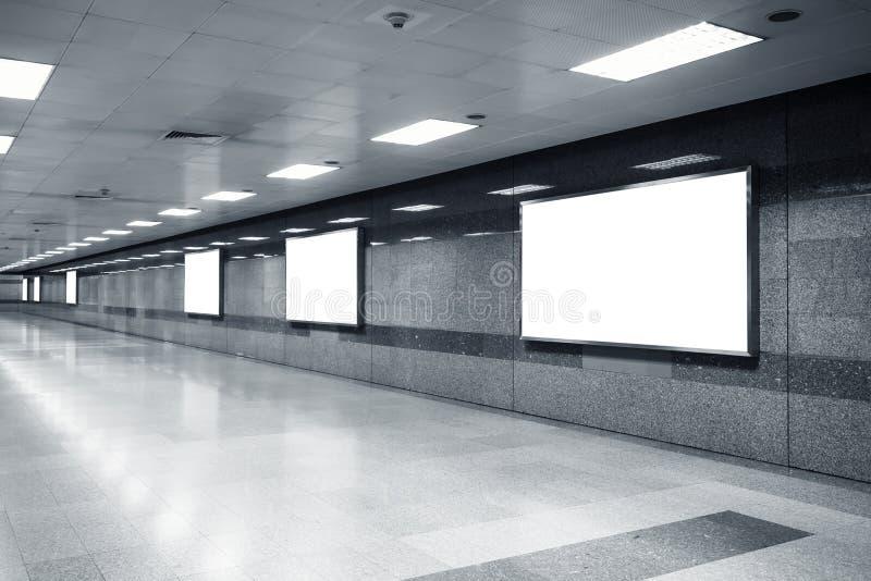 Derisione in bianco sulla scatola leggera dell'insegna del tabellone per le affissioni nella stazione della metropolitana fotografie stock libere da diritti