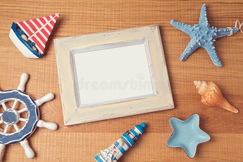 Derisione del manifesto sul modello con le decorazioni di estate fotografia stock