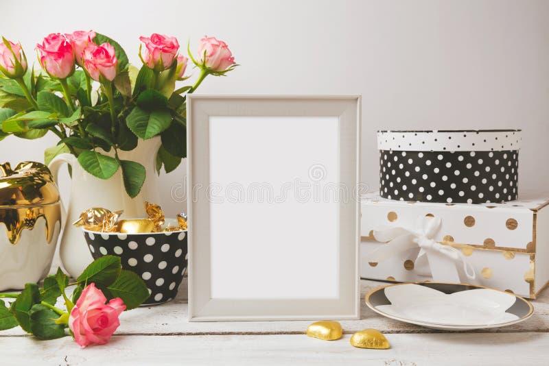 Derisione del modello del manifesto della cornice su con fascino ed oggetti femminili eleganti immagini stock