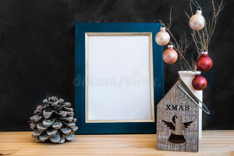 Derisione dorata blu della struttura sul supporto di candela variopinto delle palle delle pigne del nuovo anno di Natale con Ange fotografia stock