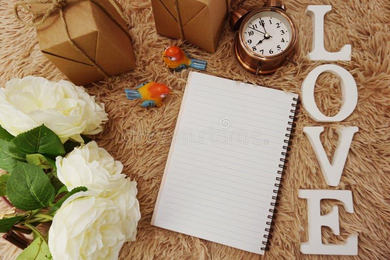 Derisione marcante a caldo alla moda sul giorno del ` s del biglietto di S. Valentino con la decorazione romantica immagine stock libera da diritti