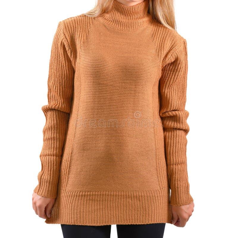 Derisione marrone chiaro in bianco del pullover su isolata Modello femminile di maglia con cappuccio della pianura di usura Prese fotografia stock